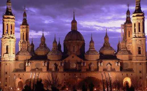 ночной вид базилики Святой Марии Пилар в Сарагосе фото