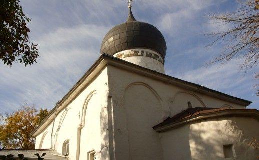 вид сблизи на церковь Михаила Архангела в Городце фото