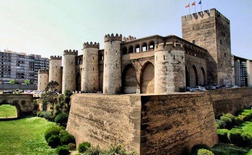 здание дворца Альхаферия в Сарагосе фото