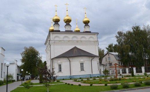 вид со двора на Феодоровский монастырь в Городце фото