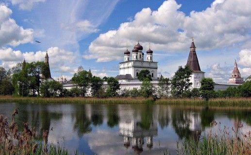 Вид издали на Иосифо-Волоцкий монастырь фото