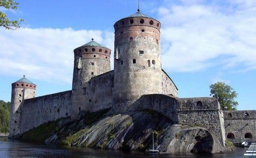 вид вблизи на крепость Олавинлинна фотография