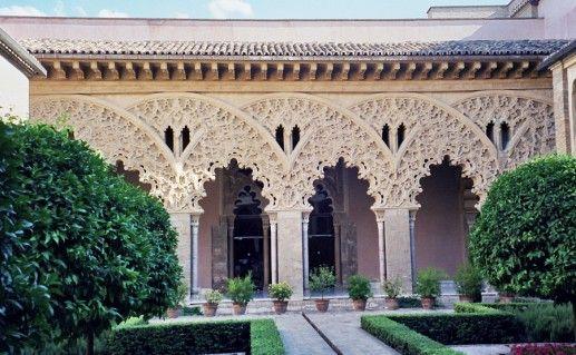 двор во дворце Альхаферия фотография