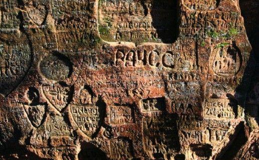 надписи в пещере Гутманя в Сигулде фотография