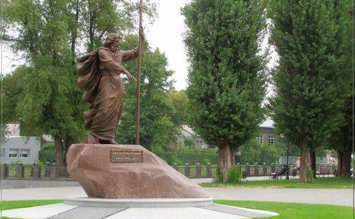 памятник Апостолу Андрею Первозванному в Киеве фотография