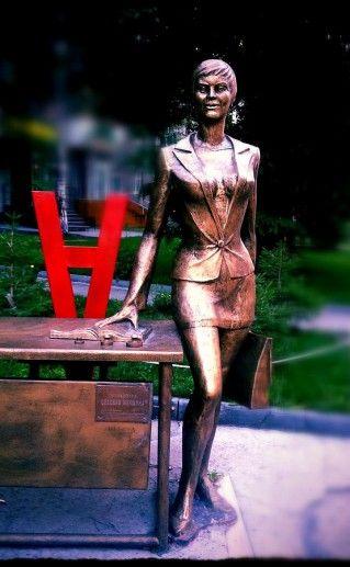 новосибирский памятник Деловой женщине фото