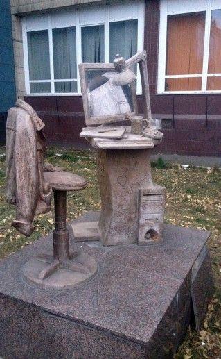 фотография памятника дизайнеру в Красноярске