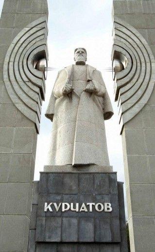 памятник Курчатову в Челябинске фото