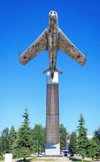 памятник летчикам в Брянске фотография