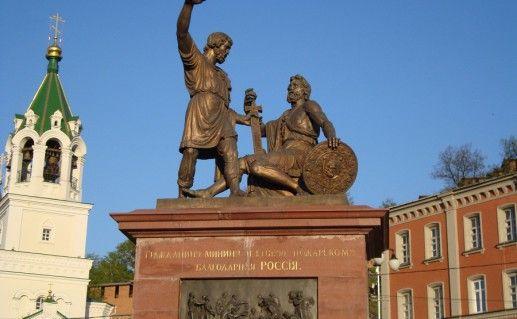 вид вблизи на памятник Пожарскому и Минину в Нижнем Новгороде фото