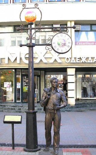 фотография памятника к песне Огней так много золотых в Саратове