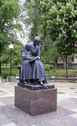 саратовский памятник первой учительнице фотография