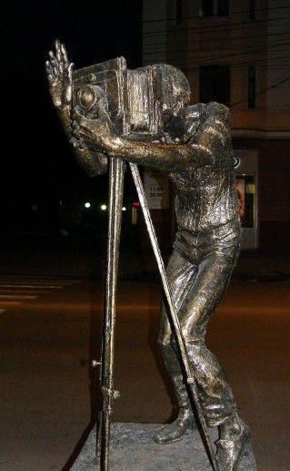 фото памятника фотографу в Красноярске