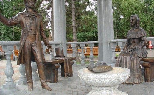 фотография памятника Пушкину и Гончаровой в Красноярске