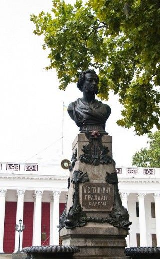 памятник в Одессе на Приморском бульваре Пушкину  фото