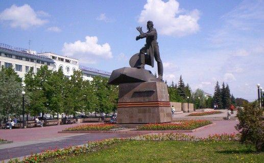 фото вида издали на памятник танкистам в Челябинске