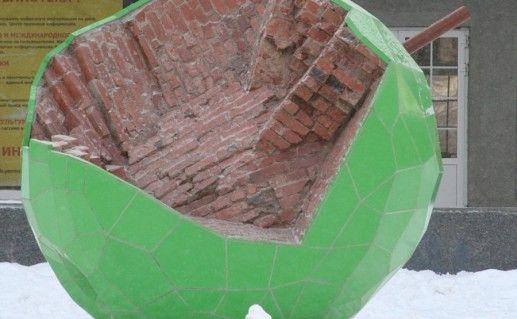 фотография скульптуры Зеленого Яблока в Перми