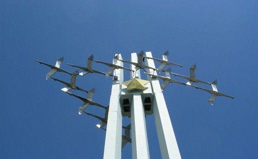 вид снизу на саратовский памятник Журавли фото
