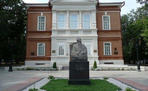 памятник Радищеву у художественного музея в Саратове фото