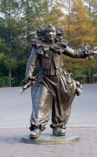 фото скульптуры клоуна в Красноярске