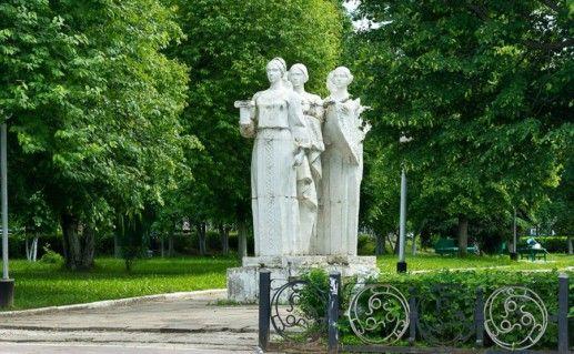 фотография скульптуры из пяти фигур в Павловском Посаде