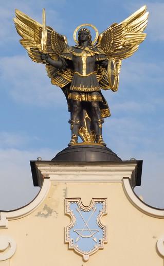 фотография киевской статуи Архангела Михаила