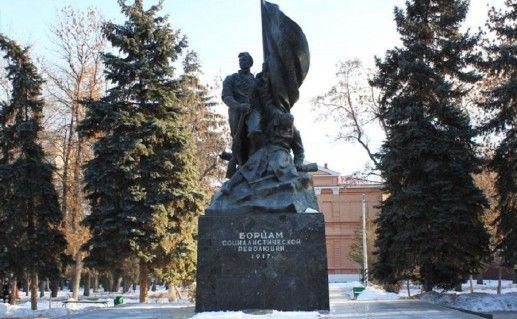 вид издали на памятник борцам революции 1917 года в Саратове фото