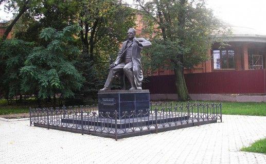вид издали на памятник Исмагилову в Уфе фотография