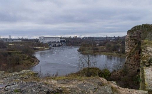 фотография вида на Нарвскую ГЭС в Ивангороде