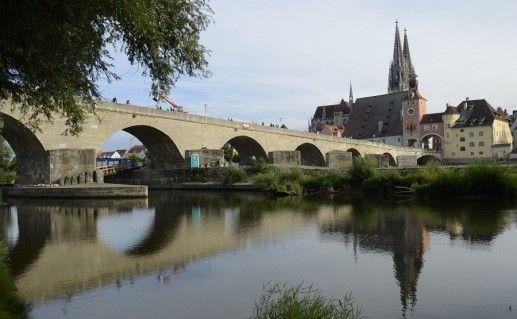 фото вида сбоку на каменный мост в Регенсбурге