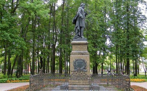 фотография вида сбоку на памятник Глинке в Смоленске