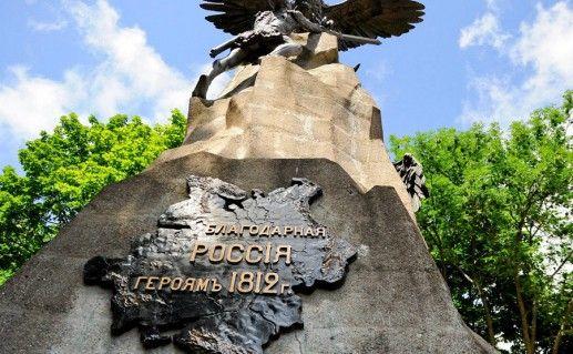 фотография вида снизу на памятник Отечественной войны в Смоленске