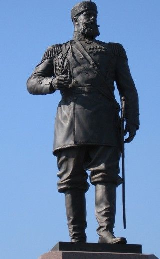 фотография вида вблизи новосибирского памятника Александру III