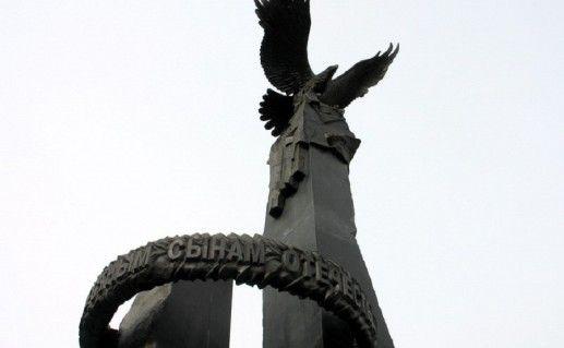 фото вида вблизи на памятник Доблестным сынам отечества в Челябинске