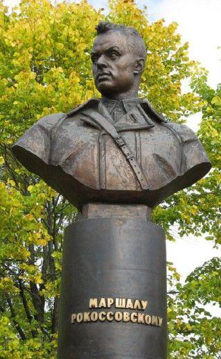 фото памятника Рокоссовскому в Великих Луках
