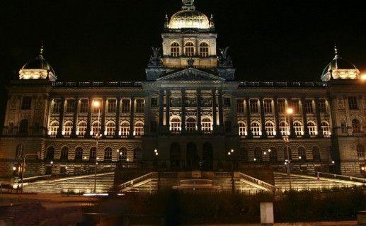 фотография ночного вида на национальный  музей Праги