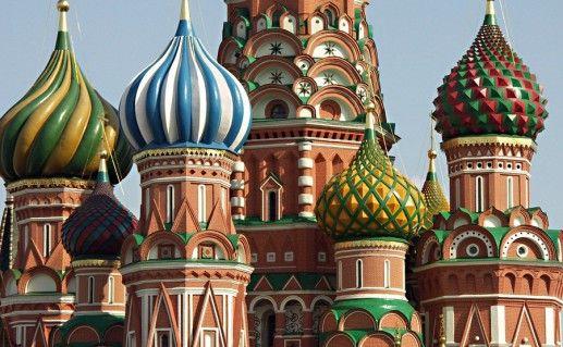 вид вблизи на храм Василия Блаженного в Москве фото