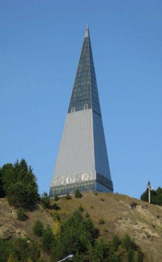 Памятник первооткрывателям земли Югорской в Ханты-Мансийске фото