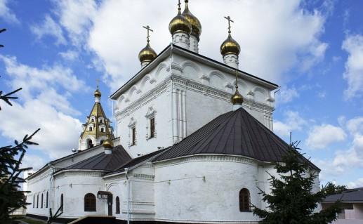 фотография вида сбоку на Успенско-Николаевский собор в Белгороде