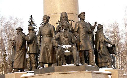 фото нижней части Бронзового символа Югры в Ханты-Мансийске