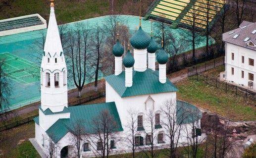 вид сверху на церковь Ильи Пророка в Ярославле