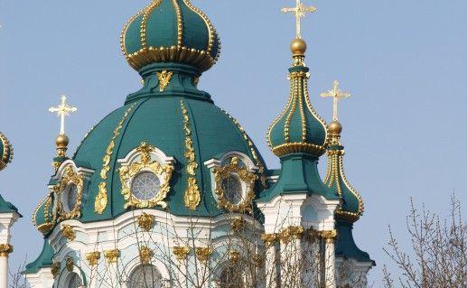 фотография вида вблизи на Андреевскую церковь в Киеве