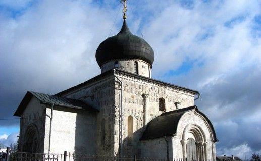 фотография вида вблизи на Георгиевский собор в Юрьев-Польском