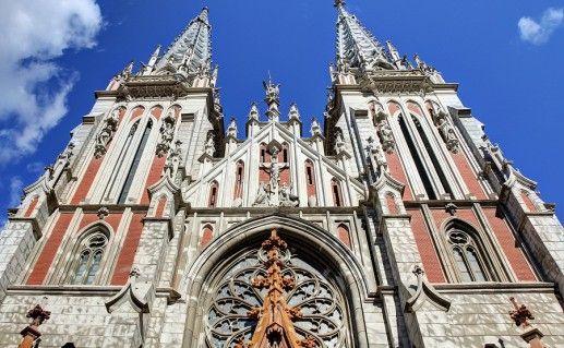 вид вблизи на костел Святого Николая в Киеве фото