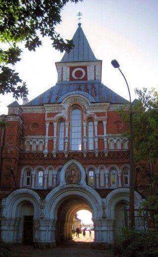 вид вблизи на Свято-Троицкую пустынь в Санкт-Петербурге фото