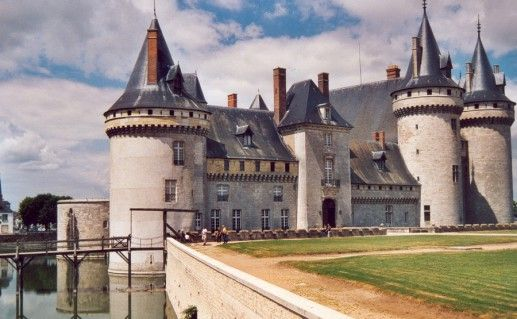замок Сюлли сюр Луар во Франции фотография