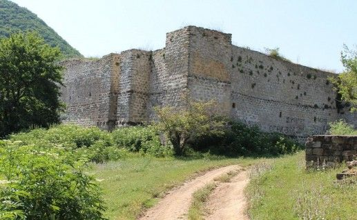 фотография крепости семи братьев и одной сестры в Дагестане