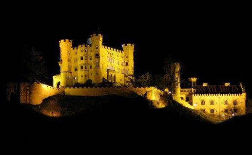 ночной вид замка Хоэншвангау в Баварии фотография