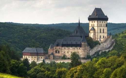вид на чешский замок Карлштейн фотография