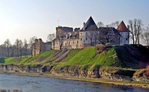 фото вида на Бауский замок в Латвии